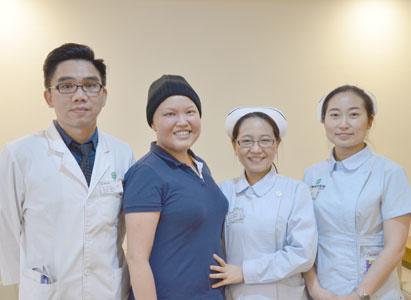 Một cô gái mỉm cười khi đối diện với ung thư