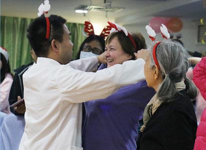 Khác biệt ngôn ngữ, cùng chung niềm vui,Bệnh nhân ung bướu nước ngoài tại Quảng Châu: Mừng Giáng Sinh, đón Năm mới
